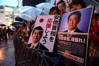 Die Regierungskoalition des japanischen Ministerpräsidenten Shinzo Abe hat die Parlamentswahl Prognosen zufolge haushoch gewonnen. Die konservative Koalition komme auf 311 Sitze in dem 465-köpfigen...
