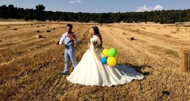 حقول الحبوب المحصودة بولاية قونيا.. استوديو طبيعي يجذب العرسان لالتقاط الصور