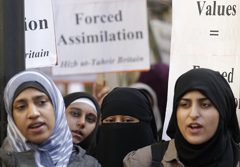 Muslim woman take part in a demonstration by the Islamic political party Hizb ut-Tahrir against France's banning of full face veils from public spaces, outside the French Embassy in London September 25, 2010. (Reuters Photo)