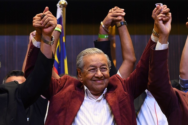 Former Malaysian prime minister and opposition candidate Mahathir Mohamad celebrates with other leaders of his coalition during a press conference in Kuala Lumpur on early May 10, 2018. (AFP Photo)