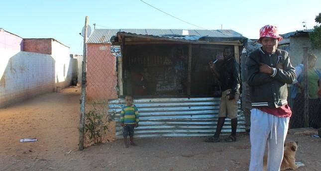 Ein Nama Jugendlicher posiert ängstlich für ein Foto in einem Vorort Windhoeks, Katatura, wo verarmte schwarze Menschen leben.