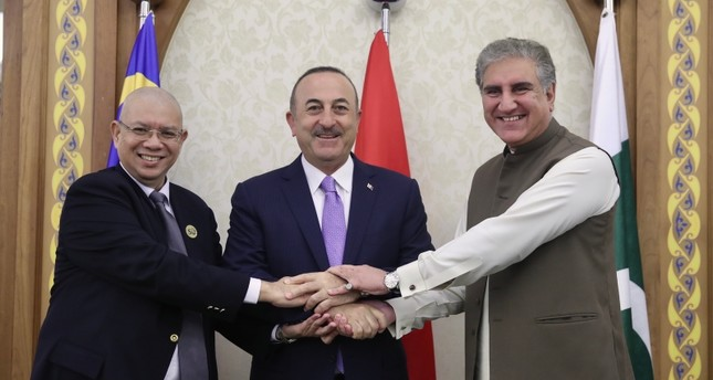 وزير الخارجية التركي مع نظيريه الباكستاني والماليزي، في مدينة جدة بالسعودية (الأناضول)