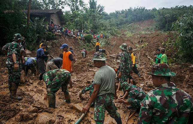 Indonesian soldiers search for landslide victims at Caok village in Purworejo, Central Java province, Indonesia, June 19, 2016. (Reuters Photo)