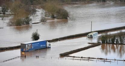 بريطانيا تغرق في فيضانات واضطرابات في حركة النقل جراء العاصفة دينيس