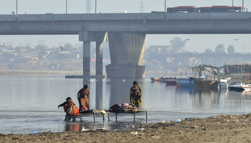 In this picture taken on February 26, 2018, shows Pakistani residents washing clothes in the polluted Ravi river on the outskirts of Lahore. (AFP Photo)