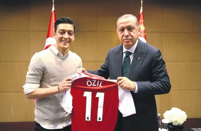 President Erdoğan meets with Arsenal's soccer player Mesut Özil during his official visit to the U.K., London, May 31.