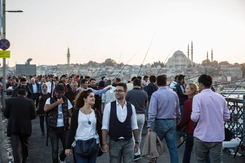People walk on the Galata Bridge spanning the Golden Horn in Istanbul. (Photo: Sabah / Murat u015eengu00fcl)