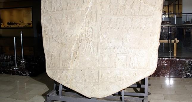 مزارع يعثر على لوحة حجرية عمرها 4 آلاف سنة وسط تركيا