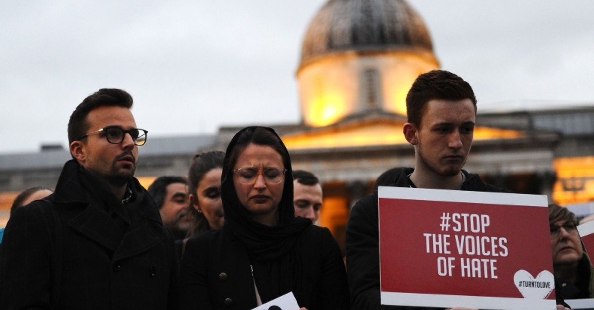 Members of the London New Zealand community and well-wishers attend a vigil at Trafalgar Square in central London on March 21, 2019 in honor of the victims of the Christchurch mosque attacks in New Zealand. (AFP Photo)