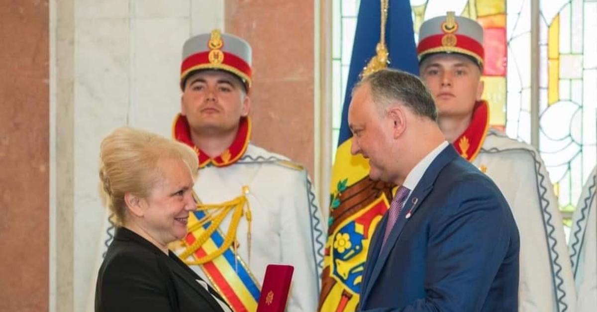 Selda u00d6zdenou011flu, the Tu0130KA coordinator in the capital Chisinau receiving the award of honor from Moldovan President Igor Dodon, March 23, 2019.