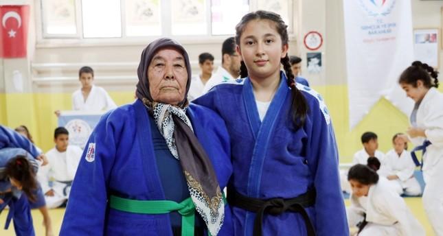 الجدة أيتن ألاطاش مع حفيدتها في النادي (İHA)