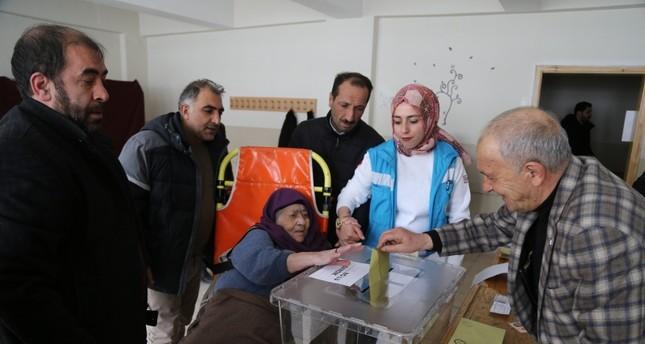 تركيا.. سيارات إسعاف لتمكين المرضى والمسنين من الاقتراع