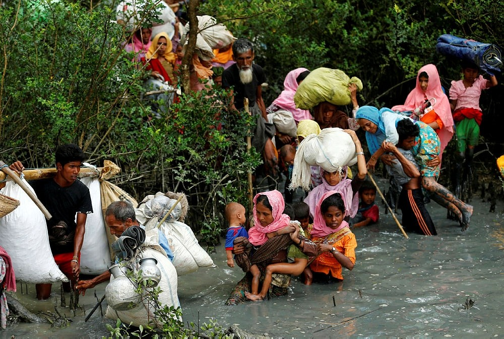 Rohingya refugees walk through water after crossing border by boat through the Naf River in Teknaf, Bangladesh, September 7, 2017. (REUTERS Photo)