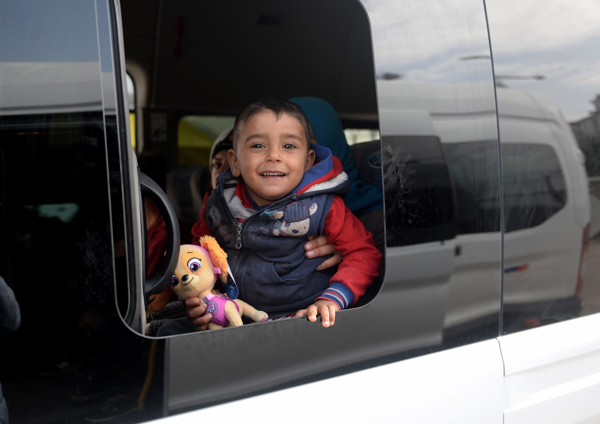A Syrian boy stares out the window of a minibus carrying refugees to Syria at the u00d6ncu00fcpu0131nar border crossing.