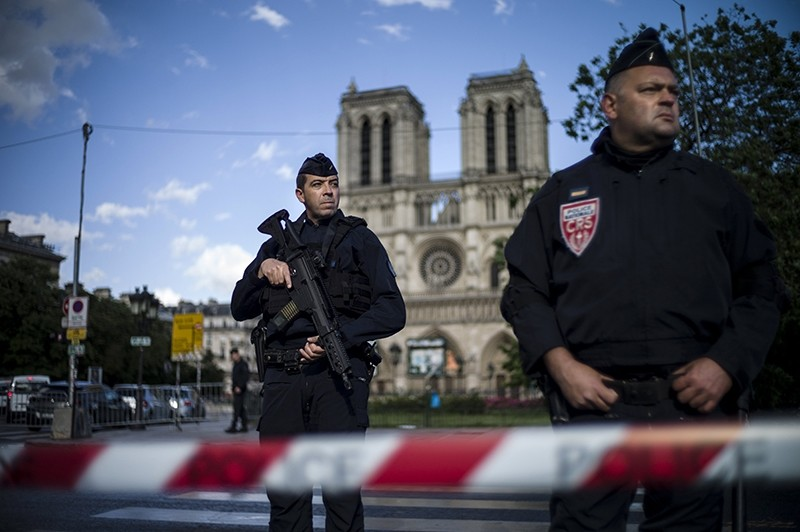 French police officers stand guard outside of the Notre Dame cathedral after a man attacked a police officer with a hammer, in Paris, France, 06 June 2017 (EPA Photo)