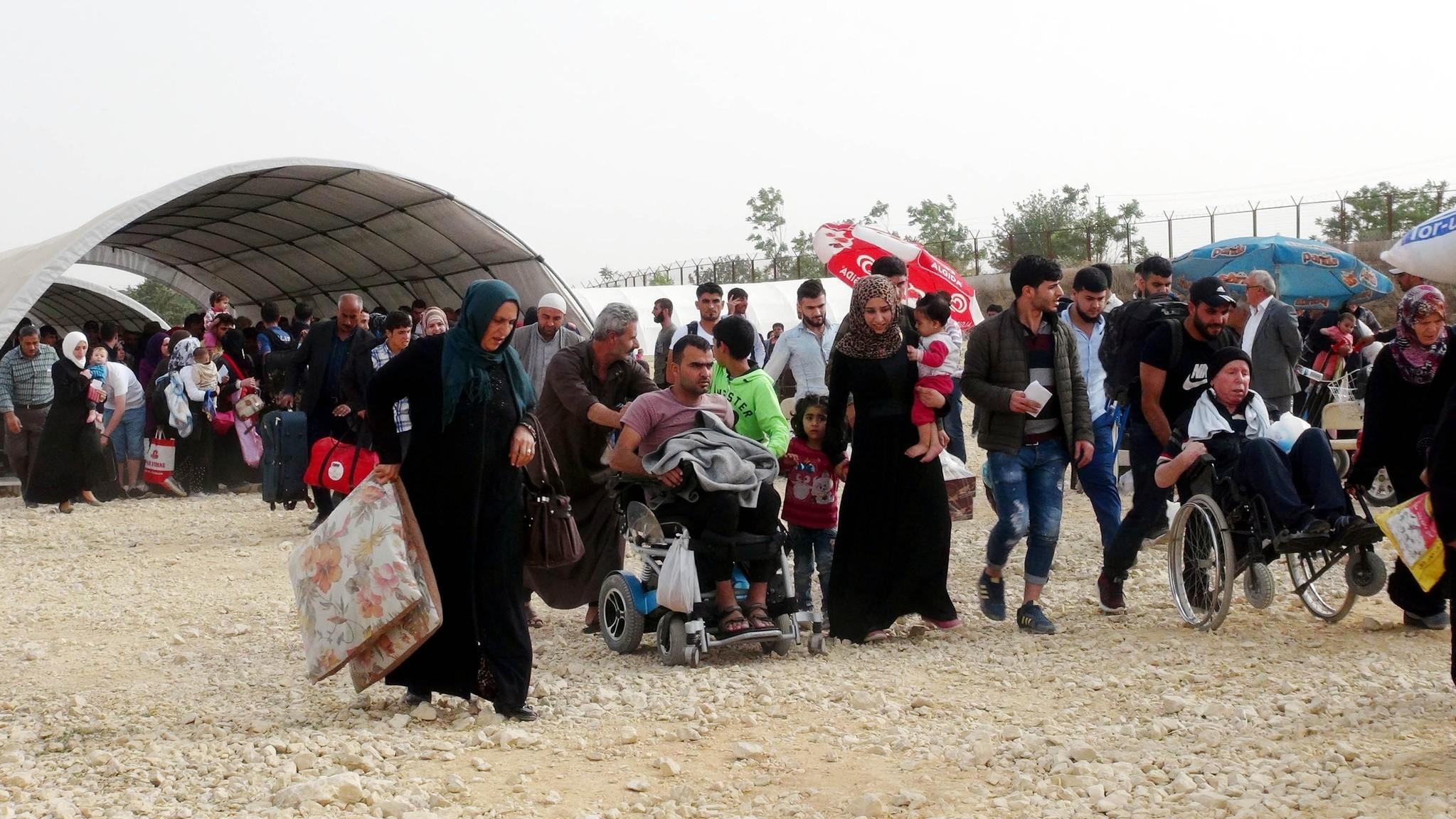 Syrians cross the border at Kilisu2019 u00d6ncu00fcpu0131nar en masse on Monday.