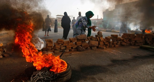 Sudanese protesters close Street 60 with burning tyres and paving stones as the military forces tried to disperse the sit-in outside Khartoum's army headquarters on June 3, 2019. (AFP Photo)