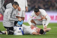 كرة القدم التركي ميريح ديميرال يتلقى العلاج بعد إضابته REUTERS