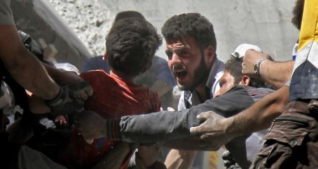 إنقاذ المدنيين بعد قصف النظام للبلدات في شمال سوريا (الفرنسية)