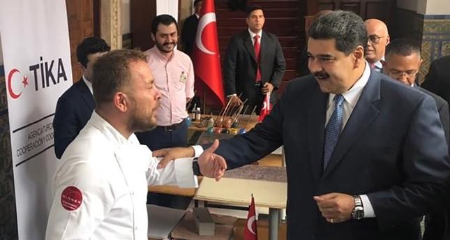 الرئيس الفنزويلي مادورو خلال زيارته الجناح التركي بمعرض الكتاب في فنزويلا -وكالة الأناضول