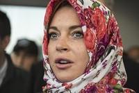 أعلنت الممثلة الأمريكية الشهيرة ليندسي لوهان، تعرضها للتمييز العنصري، عندما طلبت منها من موظفة بمطار