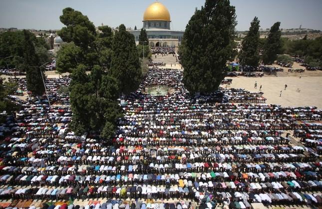 260,000 Palestinians converge at Jerusalem's Al-Aqsa Mosque