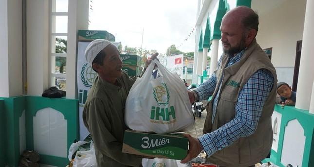 هيئة الإغاثة الإنسانية التركية توزع طرودا على فقراء فيتنام. الأناضول
