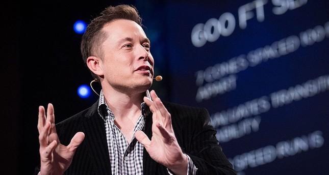 إيلون مسك صاحب شركة تيسلا للسيارات الكهربائية