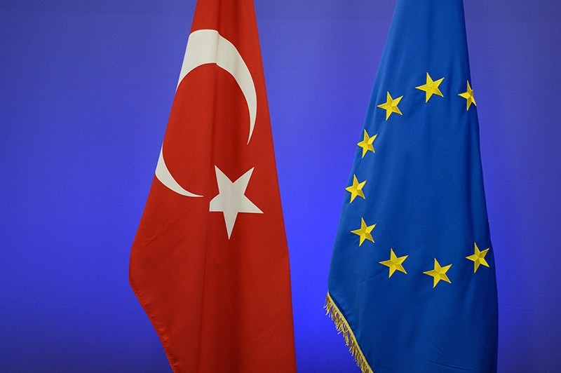 This file photo taken on November 29, 2015 shows the Turkish national flag (L) and the EU flag ahead of a summit on relations between the European Union and Turkey and on managing the migration crisis in Brussels. (AFP Photo)