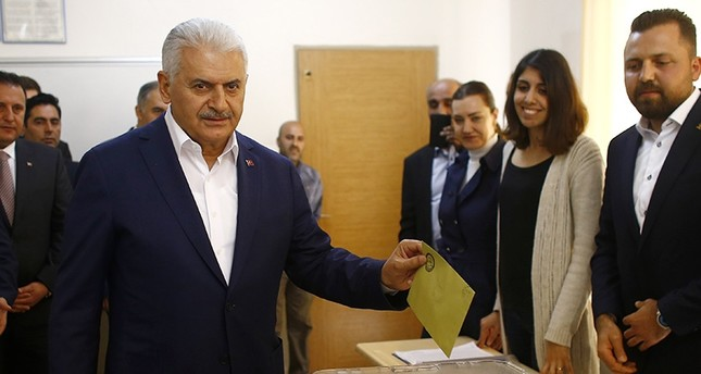Prime Minister Binali Yıldırım casts his ballot in Turkey's İzmir province April 16, 2017 (Reuters Photo)