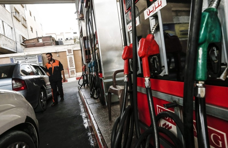 Cars queue at a gas station in Gaza City on August 2, 2018, hours after Israel's decision again to halt fuel shipments through its only goods crossing with Gaza. (AFP Photo)