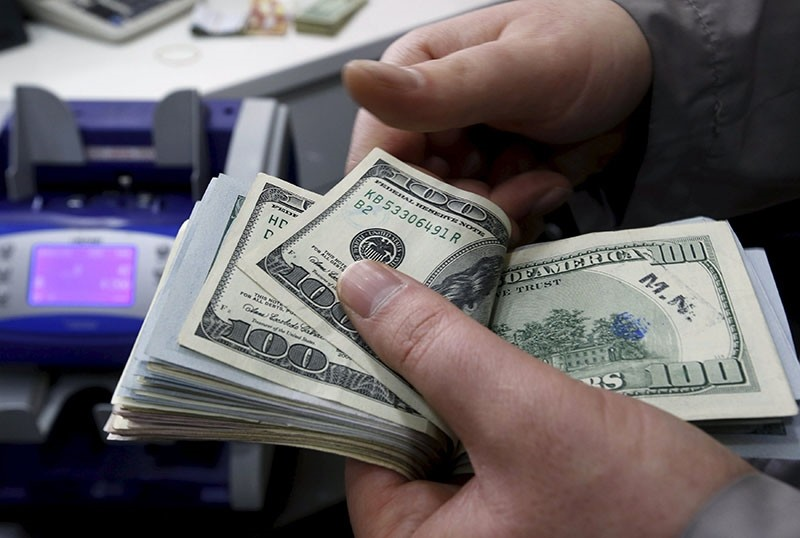 A money changer counts US dollar bills at a currency exchange office in central Istanbul, April 15, 2015. (Reuters Photo)