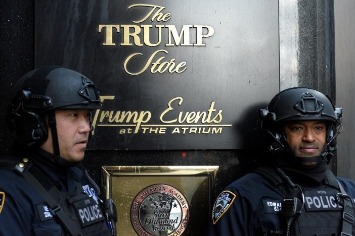 Heavily armed NYPD officers stand guard in front of Trump Tower where Republican president-elect Donald Trump lives in the Manhattan borough of New York,, November 27, 2016. (REUTERS Photo)