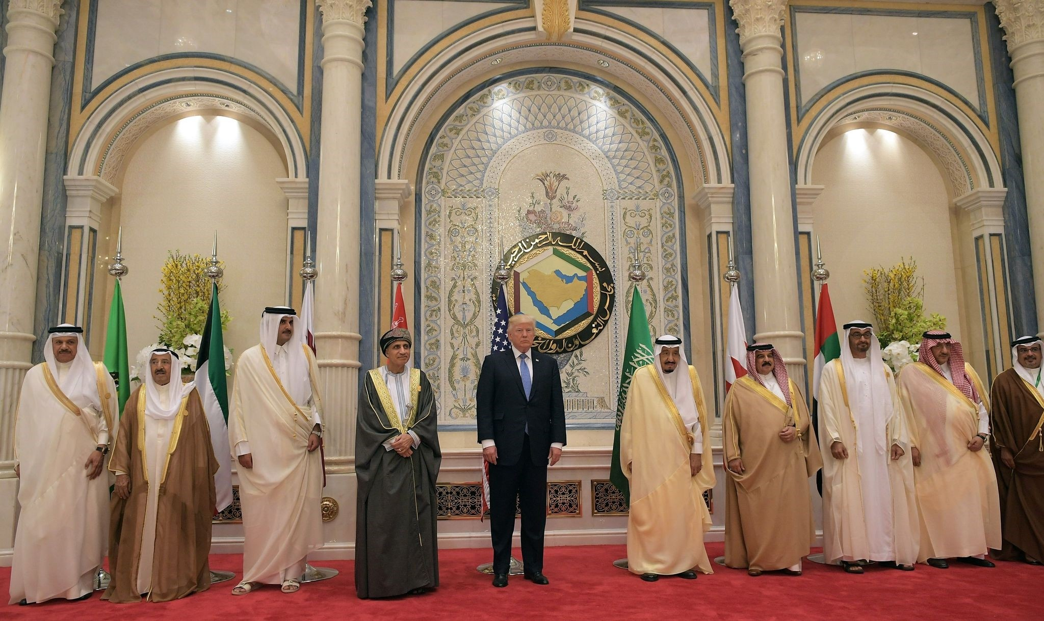 US President Donald Trump (C) and Saudi's King Salman bin Abdulaziz al-Saud (C-R) pose for a picture with leaders of the Gulf Cooperation Council in Riyadh. (AFP Photo)