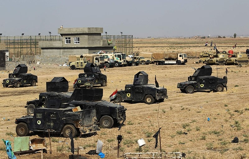 Iraqi forces gather in the area of Taza Khurmata on the southern outskirts of Kirkuk on October 15, 2017 (AFP Photo)