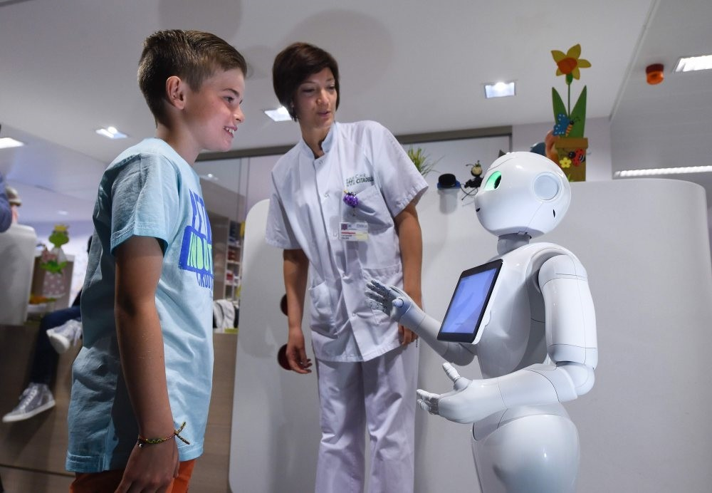 New robot popular with hospitals, conscript Pepper, is more than 140 centimeters tall, more mobile and programmed with a high level of hospitality. It was adapted to specific expectations of healthcare professionals to support the reception teams.