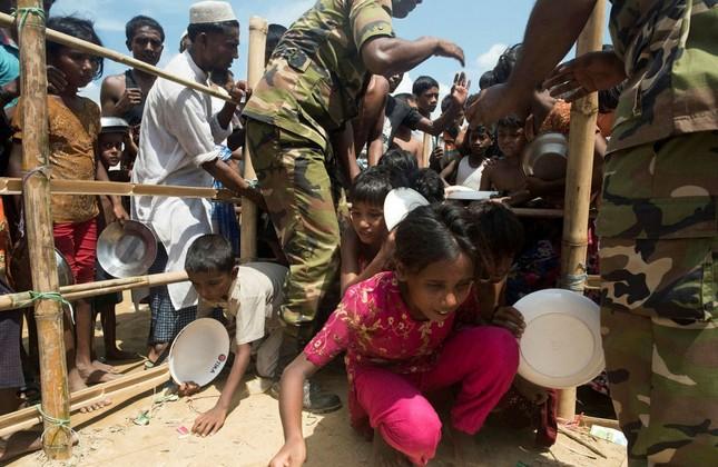 Rohingya Muslim refugee children rush to line up at a food distribution in the Balukhali refugee camp near Gumdhum, Oct. 1. (AFP Photo)
