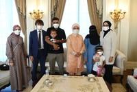 بعد دخوله تركيا.. أمينة أردوغان تلتقي بالطفل السوري الذي ولد فاقد اليدين والقدمين