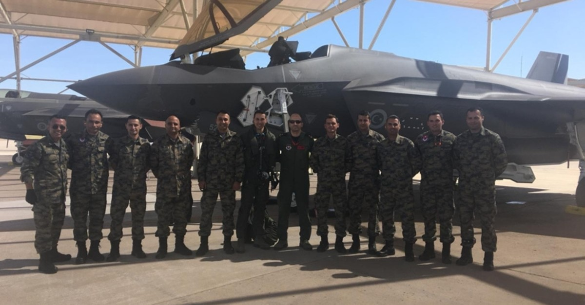 Turkish pilots pose with U.S. military personnel in front of a F-35 fighter jet in Luke Air Force base in Arizona, U.S. (AA Photo)