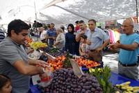 Shoppers' Bayram: Businessman buys up entire Istanbul bazaar for Eid al-Adha surprise