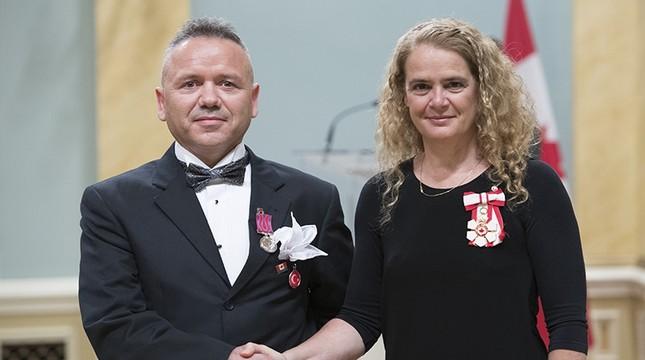 Rıza Kaşıkçıoğlu (L) receives Medal of Bravery from Governor General of Canada Julie Payette. (AA Photo)