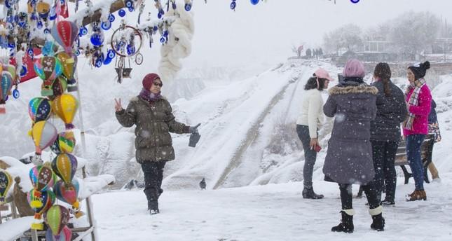 جمال الثلوج يجذب السياح بكبادوكيا التركية