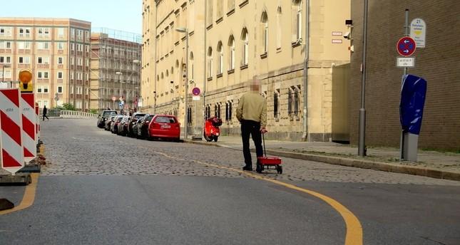 الفنان وهو يجر عربة الموبايلات في شوارع برلينCourtesy of Simon Weckert