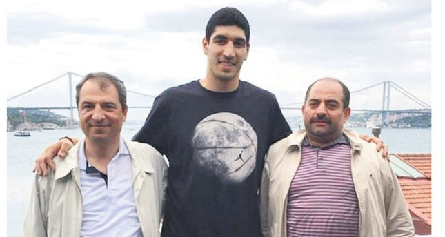 Enes Kanter poses with Celal Kara (left) and Zekeriya Öz (right), two fugitive former prosecutors wanted for running FETÖ's sham trials.