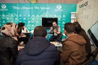 الشاعر التركي أحمد مراد أوزيل في ندوة بمعرض الكتاب بالدار البيضاء (الأناضول)
