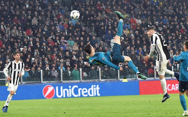 Real Madrid's Cristiano Ronaldo (C) scores the 2-0 goal during the UEFA Champions League quarter final first leg soccer match between Juventus FC vs Real Madrid CF at Allianz stadium in Turin, Italy (EPA Photo)