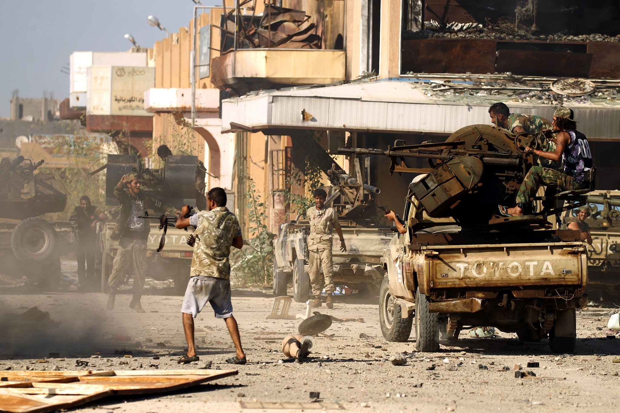 Members of the Libyan National Army (LNA), also known as the forces loyal to Marshal Khalifa Haftar, clash with opposing side in Benghazi's Al-Hout market area on May 20, 2017. (AFP Photo)