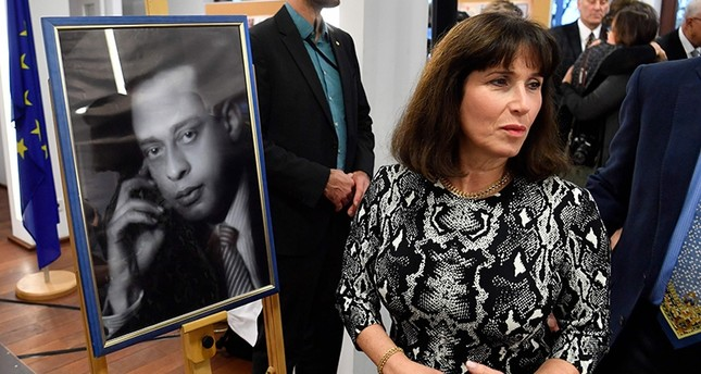 Carla Greenspan, descendant of rescued Jewish family, by portrait of late Egyptian doctor Mohamed Helmy at a ceremony to award him posthumously the Righteous Among the Nations in Berlin (AFP Photo)