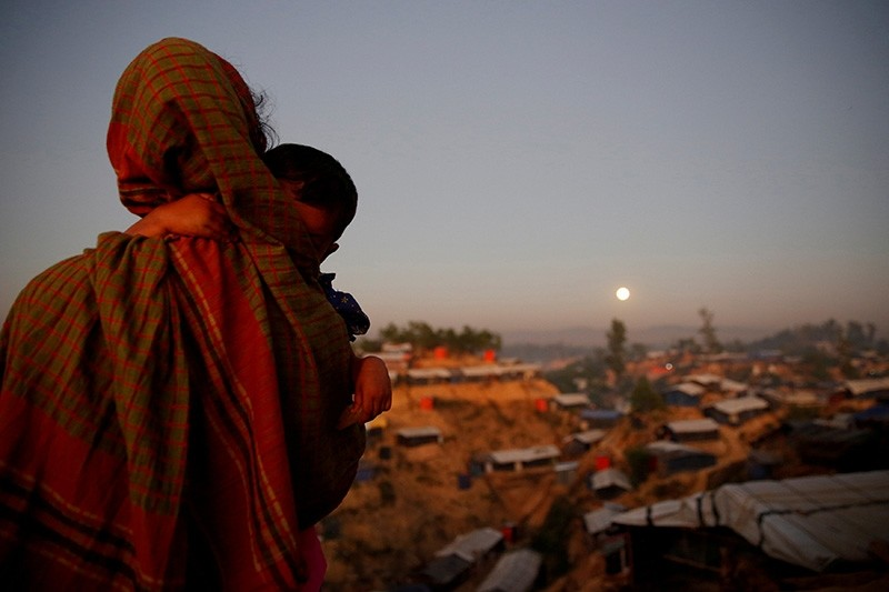 A Rohingya refugee looks at the full moon with a child in tow at Balukhali refugee camp near Cox's Bazar, Bangladesh, December 3, 2017. (Reuters Photo)