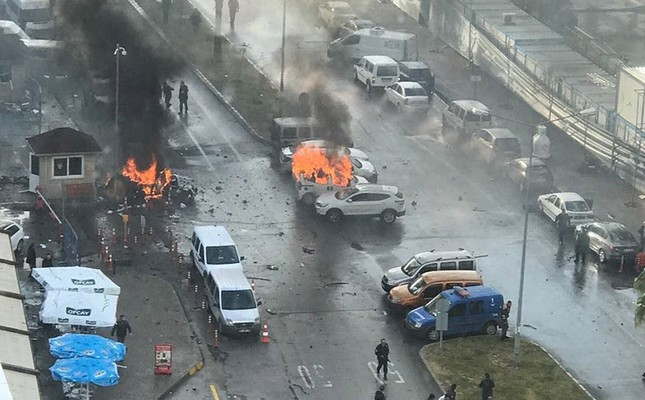 Car bomb explosition hits the entrance of Izmir courthouse's parking area. Jan. 5, 2017. (IHA Photo)
